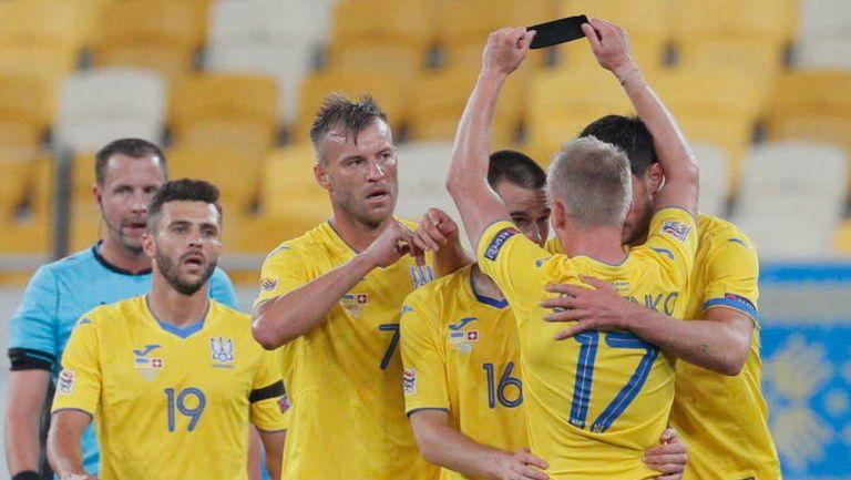 Jugadores de Ucrania festejan un gol