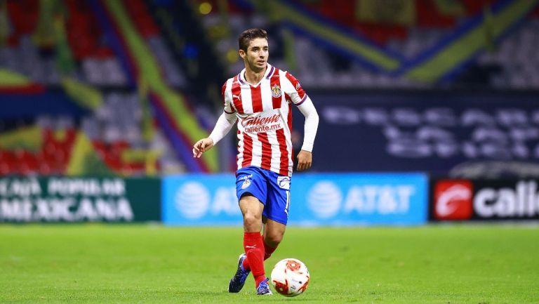 Isaác Brizuela durante un partido con Chivas