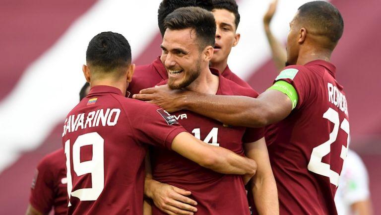 Jugadores venezolanos celebran gol vs Chile
