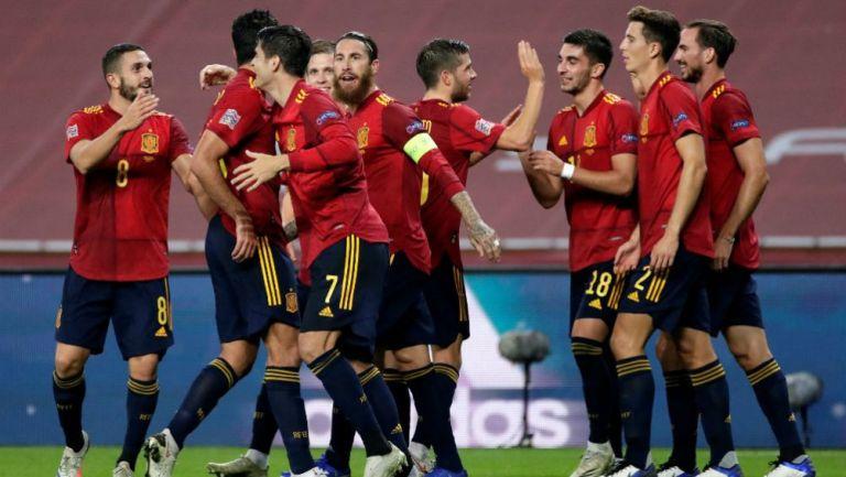 Jugadores de España festejan un gol