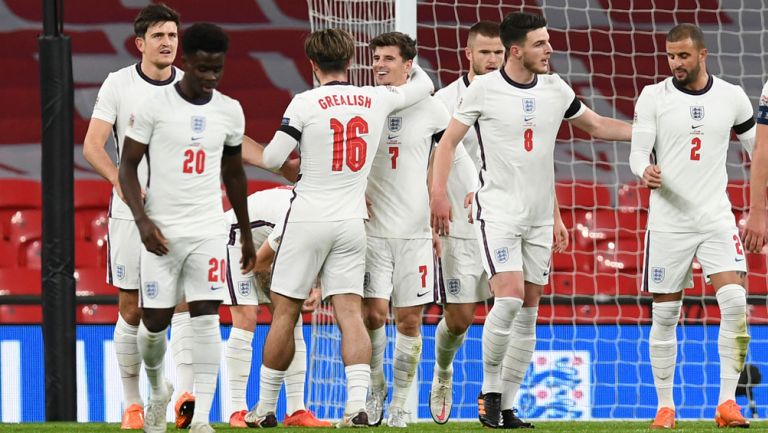 Jugadores ingleses festejan un gol contra Islandia