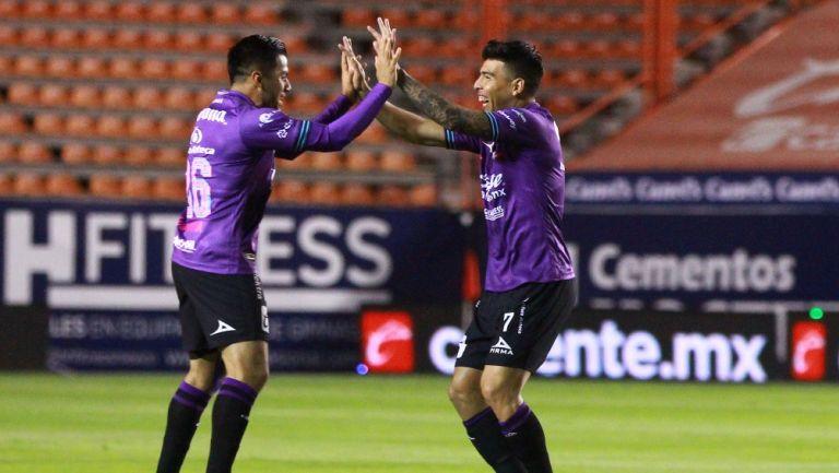 Rocha y Mendoza celebrando un gol con Mazatlán