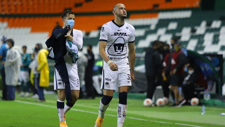 Carlos González en partido con Pumas