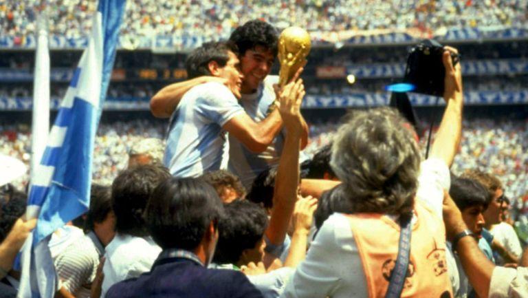 Diego Maradona levantando la Copa del Mundo