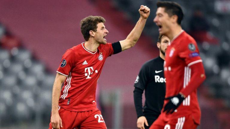 Muller y Lewandowski en festejo ante Salzburgo