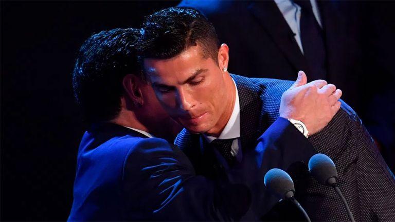 Maradona abraza a CR7 en una entrega de The Best