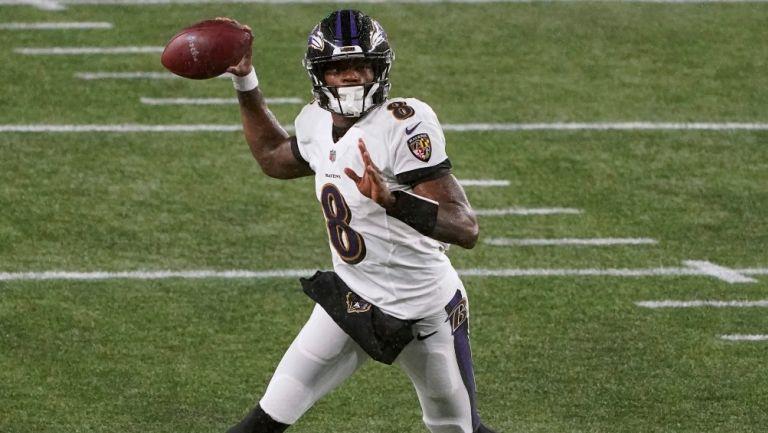 Jackson prepara un pase con los Ravens