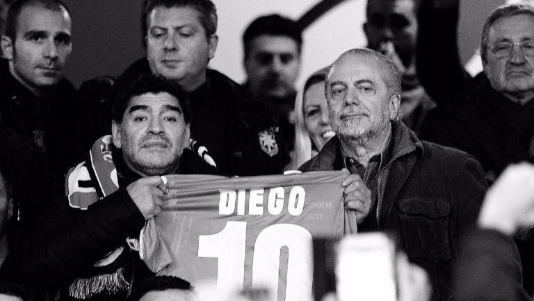 Aurelio De Laurentiis y Maradona posan con una camiseta del '10'
