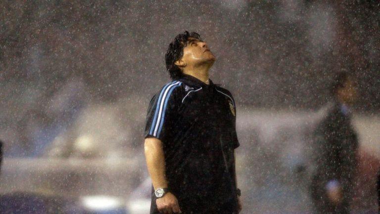 Diego Armando Maradona bajo la lluvia luego de un partido