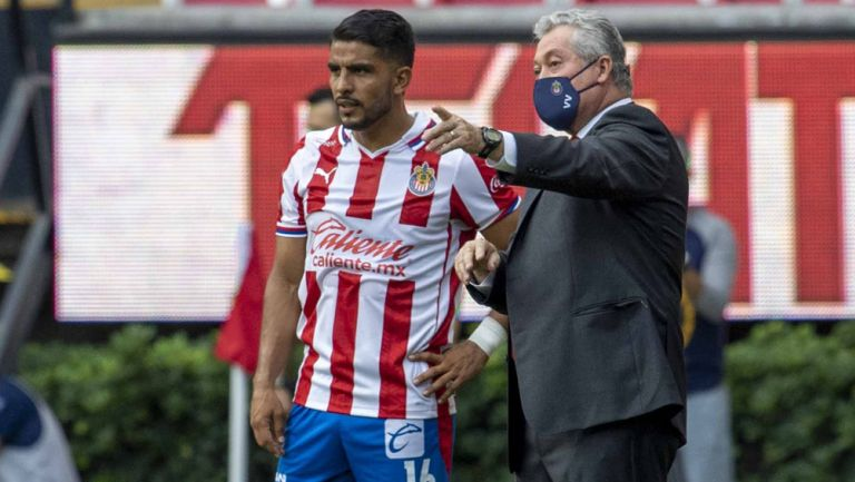 Miguel Ponce recibe indicaciones de Víctor Manuel Vucetich
