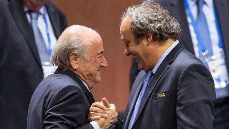 Joseph Blatter y Michel Platini en saludo