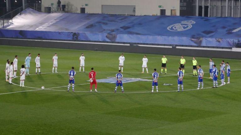 Los jugadores del Real Madrid y el Alavés en el tributo a Maradona