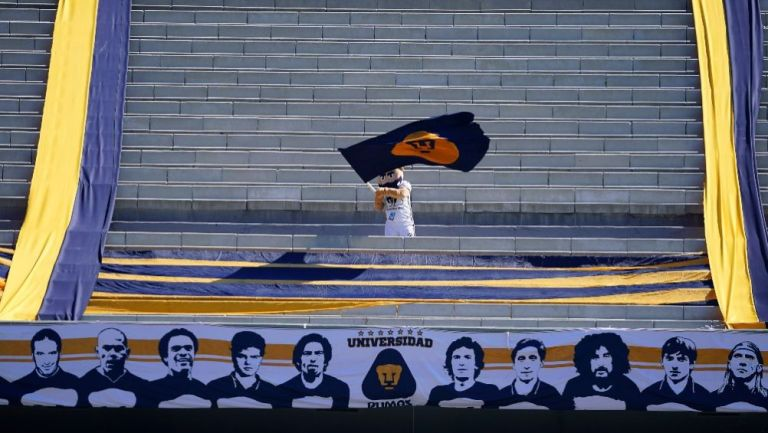 Goyo, mascota de Pumas, en la tribuna del Olímpico Universitario