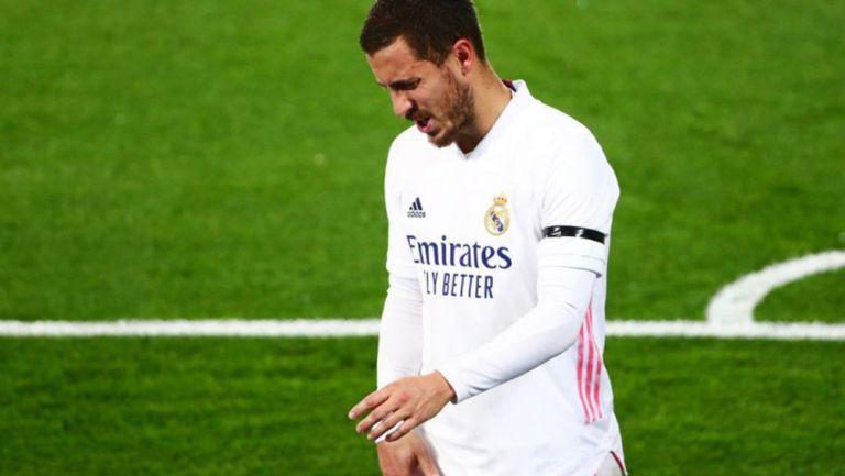 Eden Hazard abandona el campo por lesión