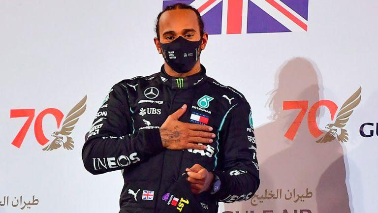 Lewis Hamilton durante una premiación
