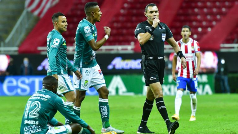 Chivas: Carlos Reinoso criticó la falta de uso del VAR en la Semifinal de Ida ante León