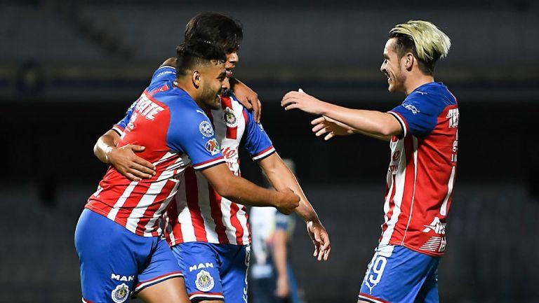 JJ Macías, Vega y Angulo durante un duelo con Chivas