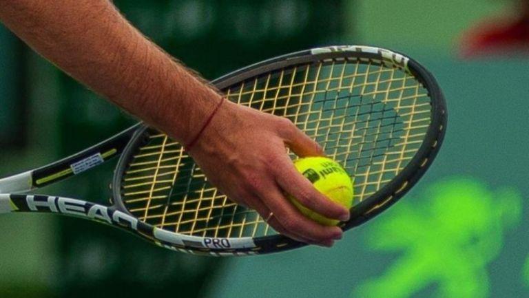 Una mano y una raqueta de tenis