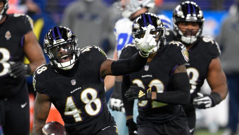 Jugadores de Baltimore celebran una intercepción