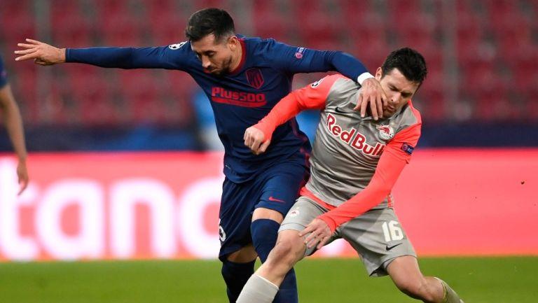 Herrera protege el balón ante el acoso de un rival en la Champions