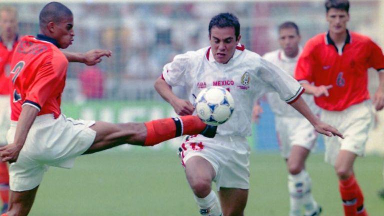 Cuauhtémoc Blanco en acción ante Holanda en el Mundial de Francia 1998