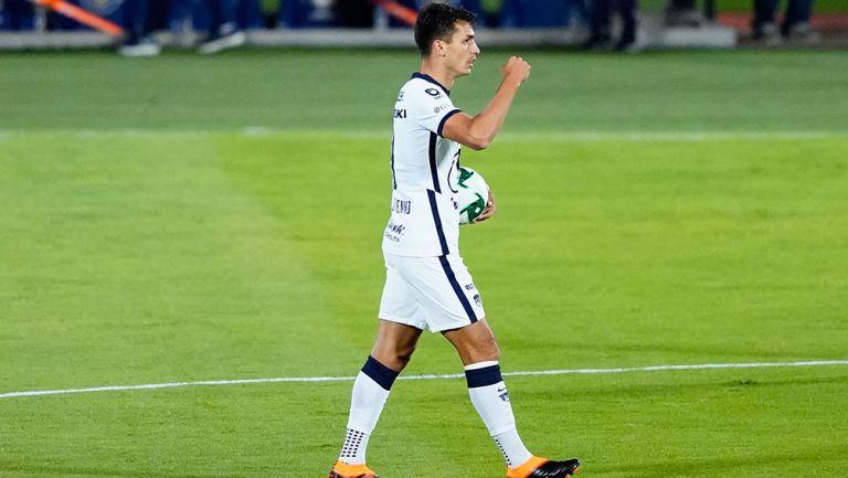 Juan Dinenno festeja un gol con Pumas