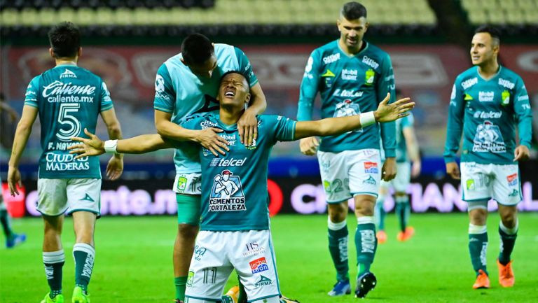 Yairo Moreno festeja una anotación ante Pumas