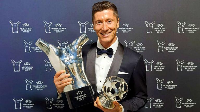 Robert Lewandowski con los trofeos de UEFA
