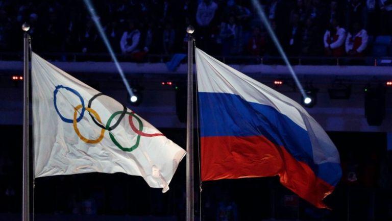 Bandera de los aros olímpicos y de Rusia
