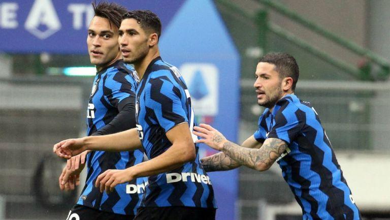 Jugadores del Inter festejando ante Spezia