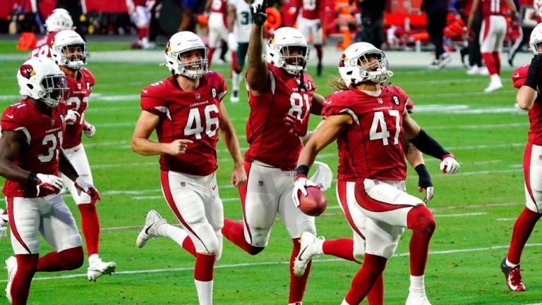 Jugadores de Cardinals celebran vs Eagles