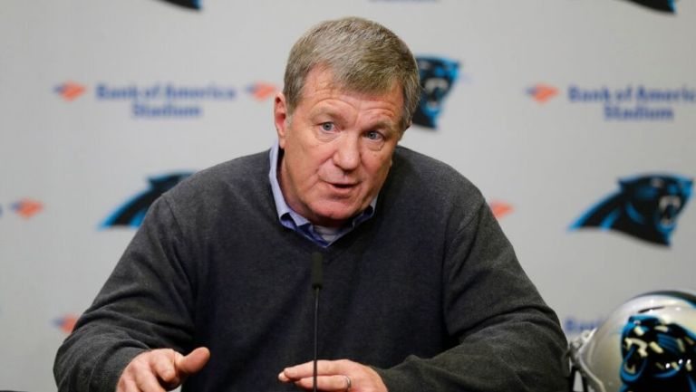 Marty Hurney en un una conferencia con Panthers