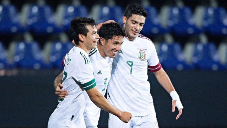 Hirving Lozano, Raúl Jiménez y Carlos Salcedo en un partido de la Selección Mexicana