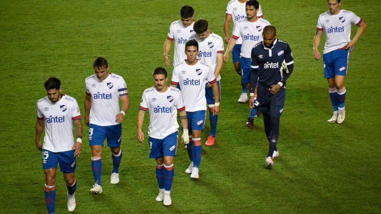 Jugadores del Nacional de Montevideo abandonan el campo