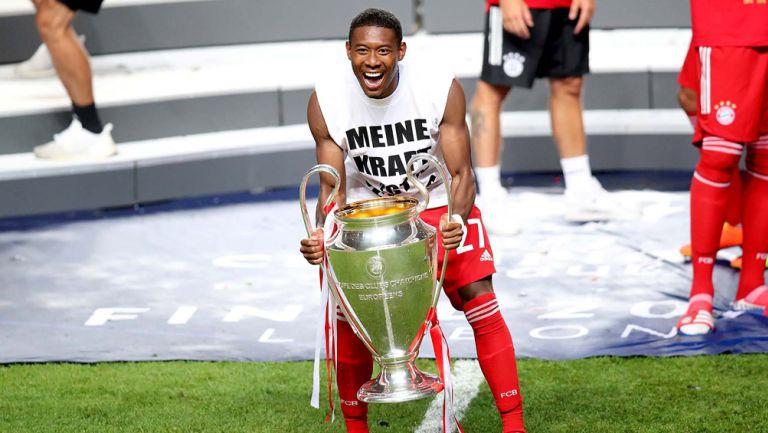 David Alaba posa con el trofeo de la Champions League
