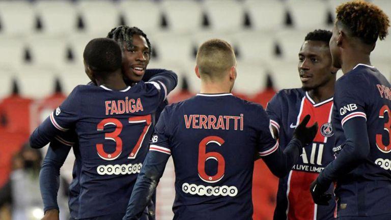 Jugadores del PSG festejan un gol