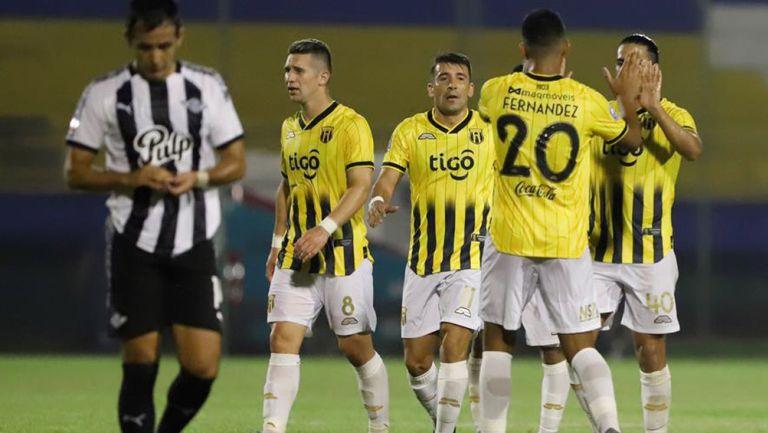 Jugadores de Guaraní festejan el gol de Cecilio Domínguez