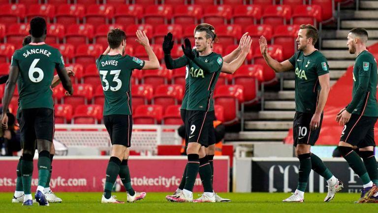 Bale festeja un gol con sus compañeros