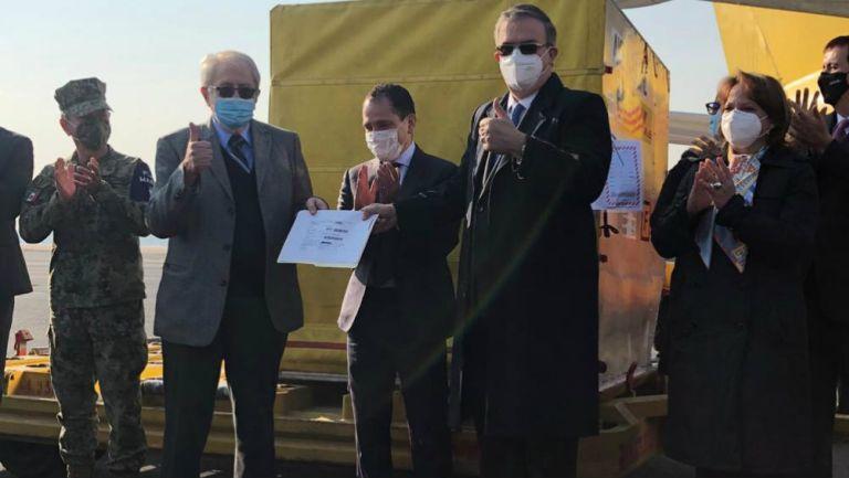 Marcelo Ebrard hace entrega del lote de la vacunas al secretario de Salud, Jorge Alcocer