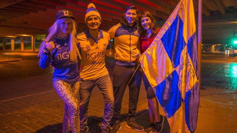 Fans de Tigres festejan el título en la Macroplaza