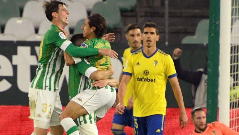 Diego Lainez: Asistió a Guido Rodríguez en gol del Betis al Cádiz
