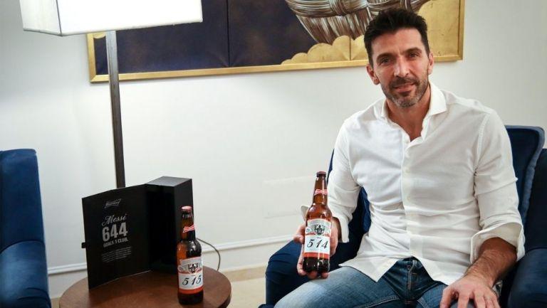 Gianluigi Buffon con sus regalos