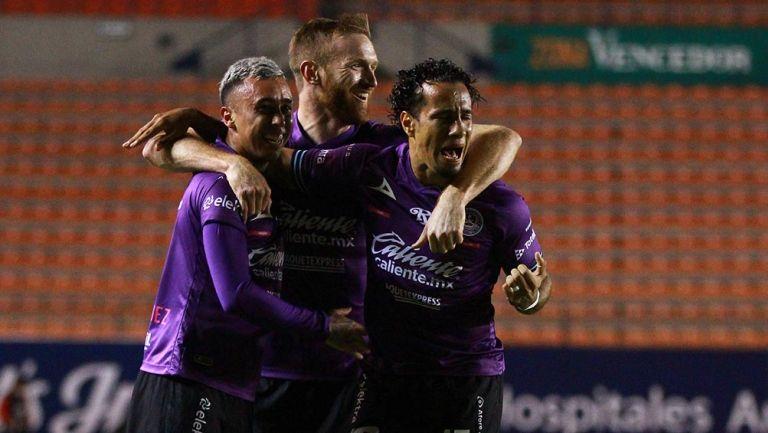 Jugadores de Mazatlán festejan un gol