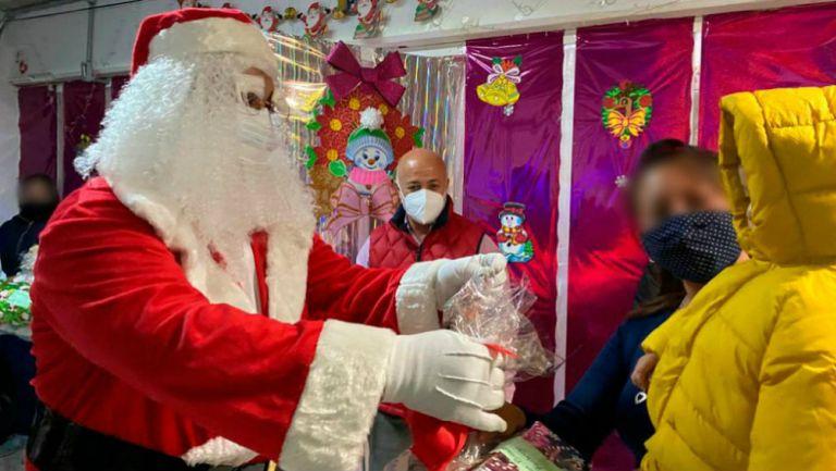 Santa Claus con niños en Santa Martha Acatitla