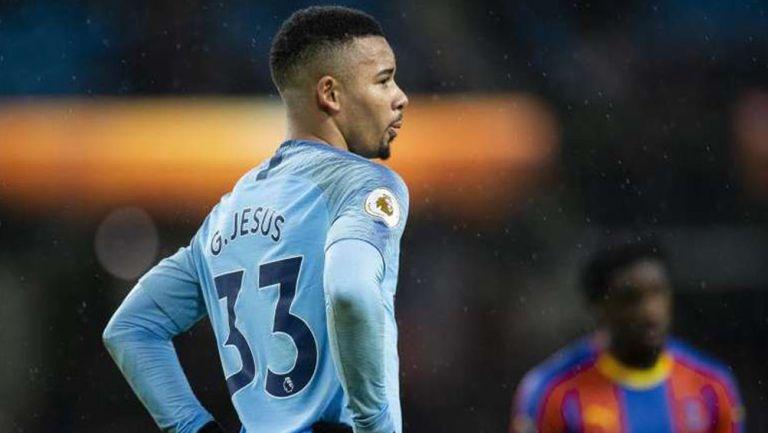 Gabriel Jesús durante un duelo con el Manchester City