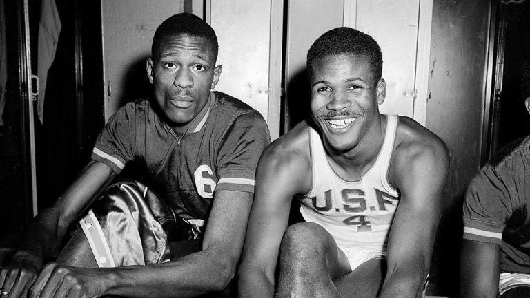 K.C. Jones (derecha) junto a Bill Russell en San Francisco