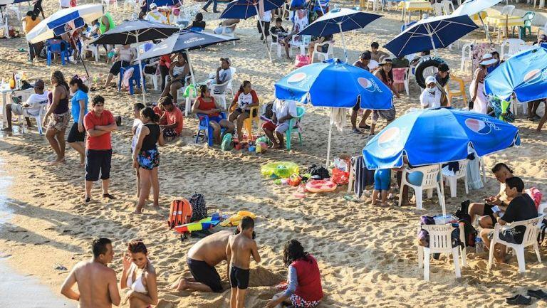 Vacacionistas disfrutan de las playas de Acapulco