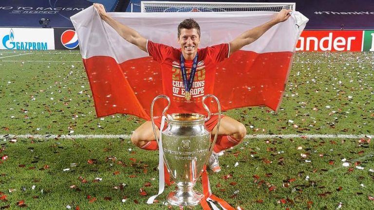 Robert Lewandowski posa con la Champions League