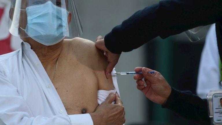 Hombre recibe vacuna contra Covid-19