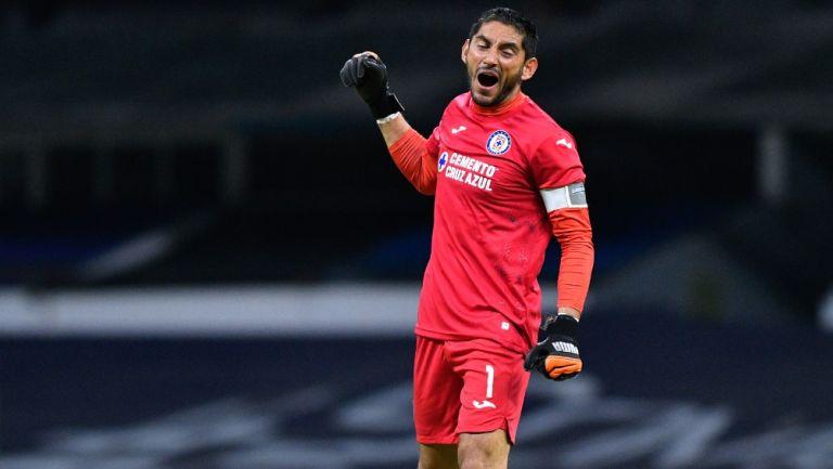 Jesús Corona celebra un gol de Cruz Azul